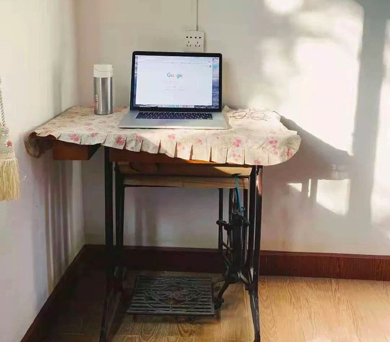 В соцсетях делятся фотографиями рабочих мест. Кто-то работает за бабушкиной швейной машинкой. Источник: GICexpat