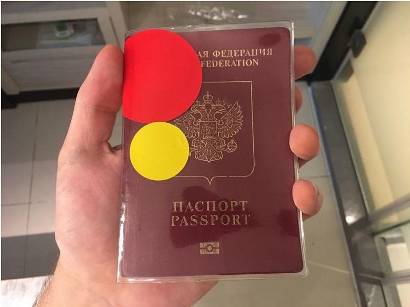 """В зависимости от провинции въезда и страны прибытия, пассажирам присваивается """"степень опасности"""", которая выражается цветом наклейки, ее клеят на паспорт. Например, красная, желтая или зелёная."""